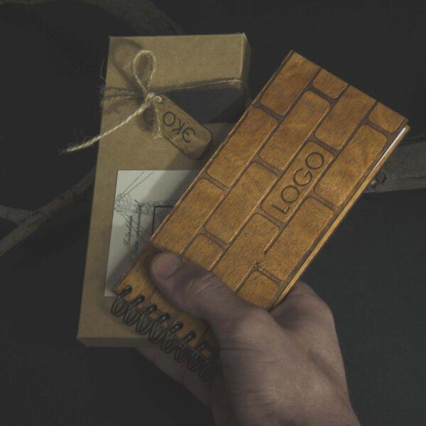 Деревянный блокнот с гравировкой «Кирпичная стена»