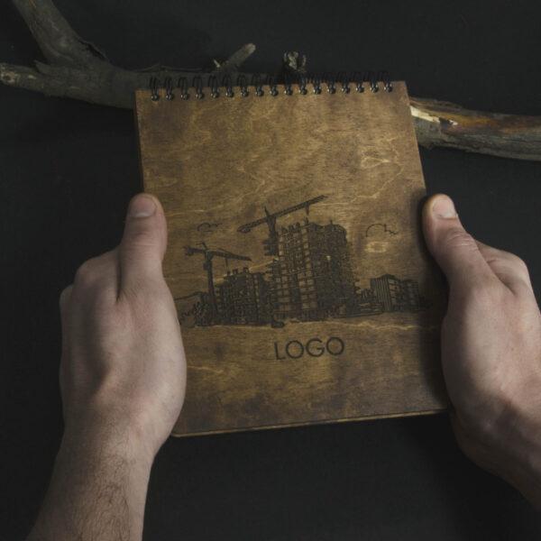 Деревянный блокнот с гравировкой «Фундаментально»
